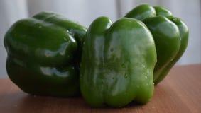 Paprikas verdes frescos - opinión del primer foto de archivo