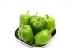 Paprikas verdes frescos (pimiento) en un fondo blanco imágenes de archivo libres de regalías