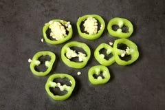 Paprikas verts coupés en tranches sur la table photos libres de droits