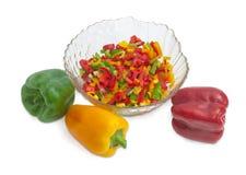 Paprikas verts, jaunes et rouges coupés et entiers Photo stock