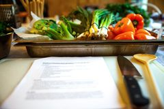 Papryka, wiosny cebula, inni warzywa w tacy i przepis, zdjęcie royalty free