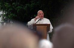 Papst Franziskus-Sitzung mit jungen Leuten vor der Kathedrale in Skopje stockfoto
