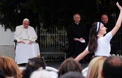 Papst Franziskus-Sitzung mit jungen Leuten vor der Kathedrale in Skopje lizenzfreies stockfoto
