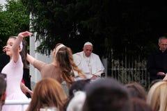 Papst Franziskus-Sitzung mit jungen Leuten vor der Kathedrale in Skopje stockbilder