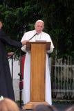 Papst Franziskus-Sitzung mit jungen Leuten vor der Kathedrale in Skopje stockfotografie