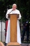 Papst Franziskus-Sitzung mit jungen Leuten vor der Kathedrale in Skopje lizenzfreie stockfotografie
