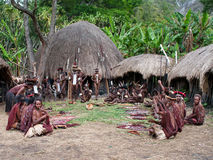 Papuan部族出售传统纪念品的人们 库存图片