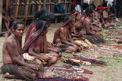 Papuan部族出售传统纪念品的人们 免版税库存图片