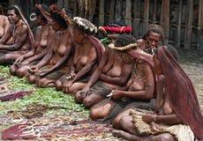 Papuan部族出售传统纪念品的人们 免版税库存照片