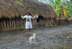 Papuanfrau in der modernen weißen Kleidung Stockfotos