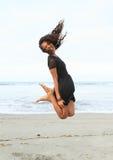 Papuanmädchen, das auf Strand springt Lizenzfreies Stockfoto