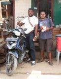 Papuanmänner, die in Sorong aufwerfen stockbild