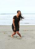 Papuanmädchen, das auf Strand schreit Stockbild