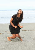 Papuanmeisje die op strand schreeuwen Stock Foto