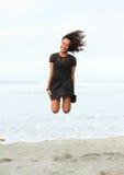 Papuanmeisje die op strand springen Stock Fotografie
