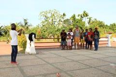 Papuans que toma a foto com caucasian fotos de stock