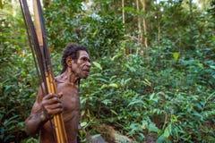 Papuans van de stam van Korowai Kolufo met bogen en pijlen in de wilde wildernissen van Nieuw-Guinea stock fotografie
