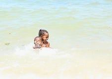 Papuas dzieciaki bawić się w morzu fotografia royalty free