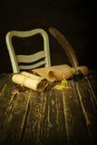 Papyrusrollen auf einem Holztisch mit einem Tintenfaß, einem Stift und einem Glanz Lizenzfreies Stockfoto