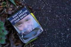 Paquet abandonné vide australien de cigarette sur la rue images libres de droits