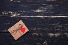Paquet actuel de boîte fait dans le style de vintage d'isolement au-dessus du grunge W Photographie stock