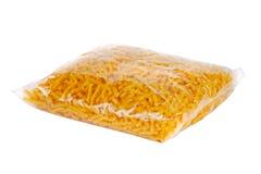 Paquet avec des macaronis Photos stock