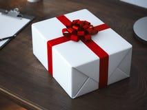 Paquet blanc de cadeau avec l'arc rouge Photographie stock libre de droits
