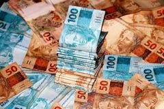 Paquet brésilien d'argent avec 50 et 100 notes de reais Photos libres de droits