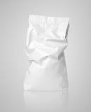Paquet chiffonné de sac de papier blanc avec des plis sur le gris Photo stock