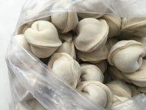 paquet déballé avec les boulettes surgelées, qui sont un plat traditionnel de la cuisine russe photos libres de droits
