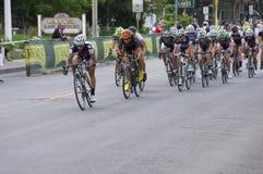 Paquet d'avance de coureurs chez Criterium de la ville haute Image libre de droits