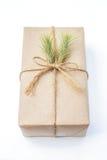 Paquet de cadeau enveloppé avec le papier et la corde avec une feuille Photos libres de droits