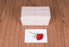 Paquet de cadeau et rose de rouge Photos stock