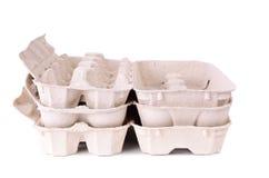 Paquet de carton d'oeufs sur un blanc Photographie stock libre de droits