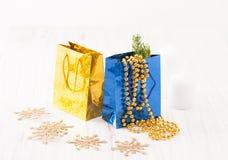 Paquet de deux cadeaux avec des décorations pour l'arbre de Noël sur le fond blanc Photos stock
