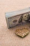 Paquet de dollar US et d'une voiture de mariage Photo stock