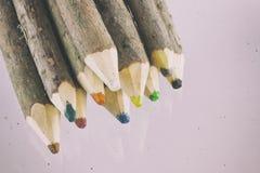 Paquet de grands crayons colorés naturels Photo stock