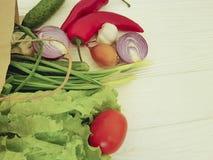 Paquet de légumes sur en bois blanc Photos stock