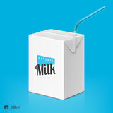 Paquet de lait ou de jus avec le calibre de paille à boire Photographie stock