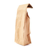 Paquet de papier brun de métier pour le thé ou le café d'isolement au-dessus du fond blanc Image stock