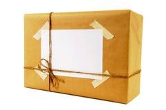 Paquet de petit paquet ou de papier brun attaché avec de la ficelle, label d'adresse vide, d'isolement photos libres de droits
