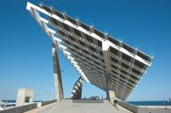 Paquet de promenade sous une centrale électrique solaire Image stock