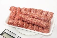 Paquet de supermarché des chiches-kebabs turcs avec de la viande hachée Photo libre de droits