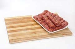 Paquet de supermarché des chiches-kebabs turcs avec de la viande hachée Photographie stock