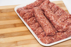 Paquet de supermarché des chiches-kebabs turcs avec de la viande hachée Image stock