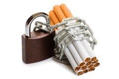 Paquet des cigarettes et d'un cadenas avec la chaîne tabagisme d'arrêt de concept Image libre de droits