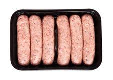 Paquet des saucisses crues de boeuf sur le fond blanc Image libre de droits