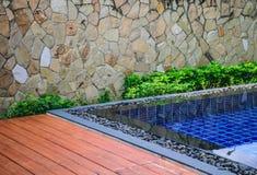 Paquet di legno con la parete delle mattonelle e della piscina Fotografia Stock Libera da Diritti