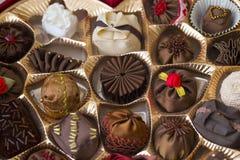 Paquet du coeur de Valentin complètement des bonbons au chocolat avec une tulipe Photos libres de droits