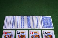 Paquet fendu de jouer des cartes montrant des rois Image libre de droits